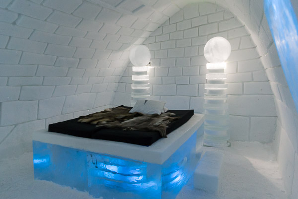 ice_hotel_it_s_alive_ice_bed.jpg